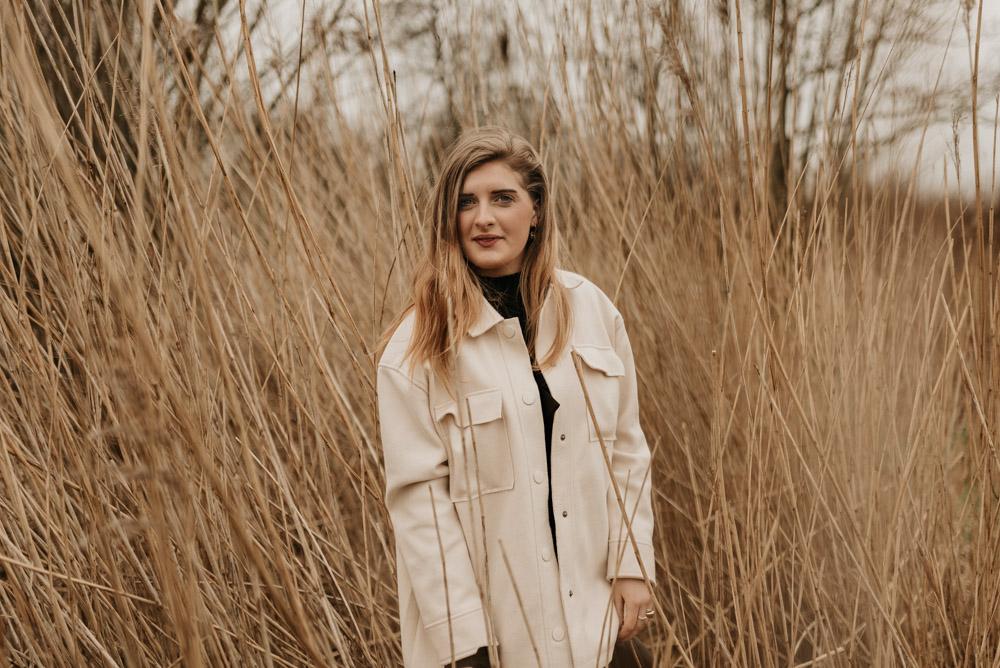 een meisje in Hardinxveld-Giessendam tijdens een portretstoot russen het riet